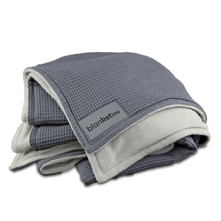 flauschige kuscheldecke in grau gefaltet super weich