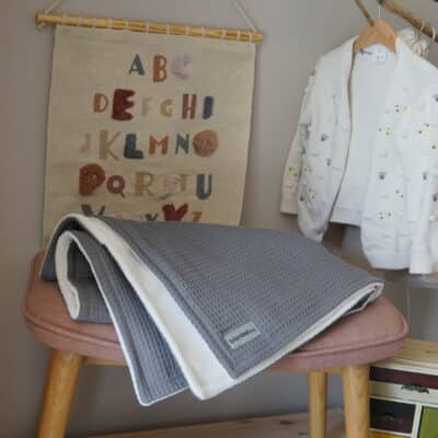 Babydecke mit Namen – Grau/Sandweiß – 70 x 100 cm