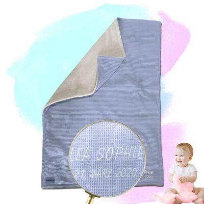 """Babydecke """"Vollkommen"""" mit Namen – Wolkenblau/Sandweiß – 70 x 100 cm"""