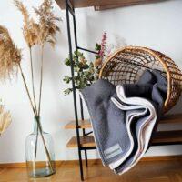 flauschige kuscheldecke in grau im skandinavischen stil