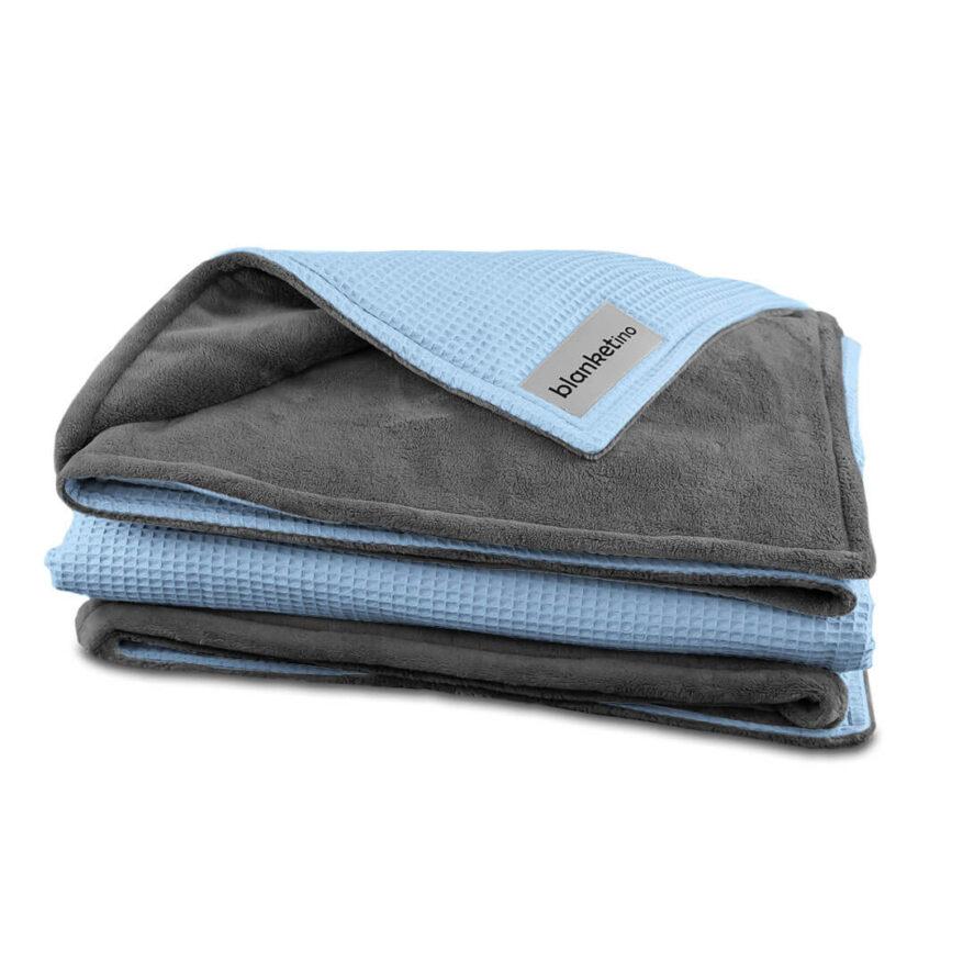 weiche kuscheldecke in grau und blau gefaltet
