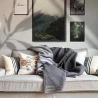 weiche kuscheldecke in grau mit passenden wandbildern