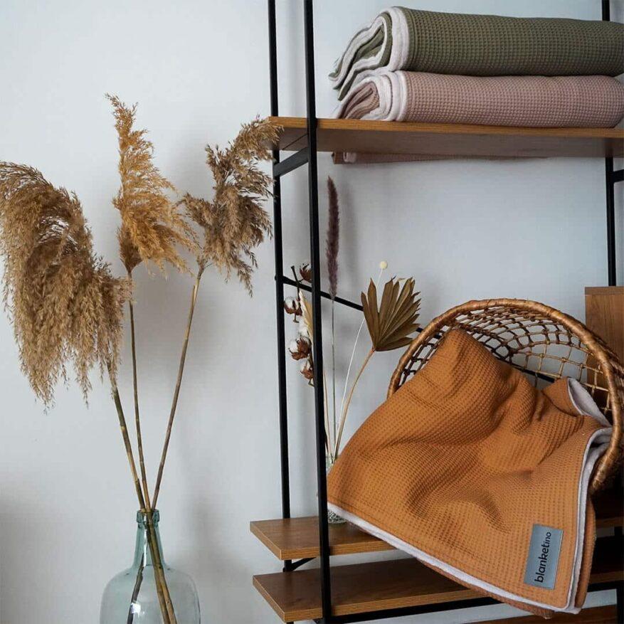 wohnliche kuscheldecken in beige olive und kamel