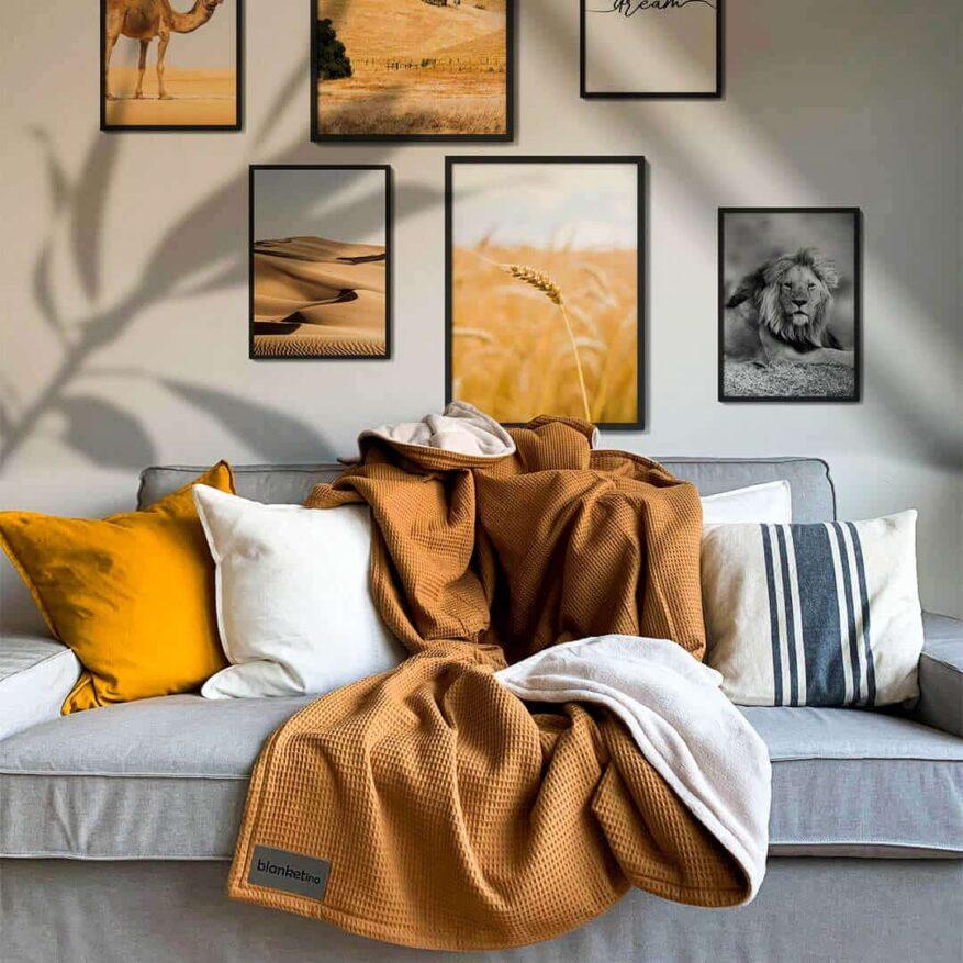 wohnzimmer in gelbtönen mit kuscheldecke in kamel