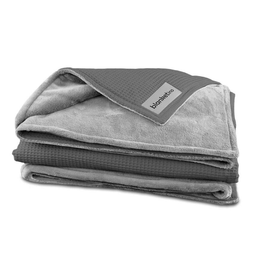 weiche kuscheldecke von blanketino in grau und sandweiss