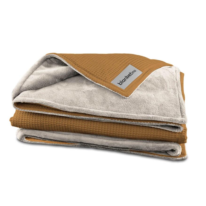 weiche kuscheldecke von blanketino in kamel