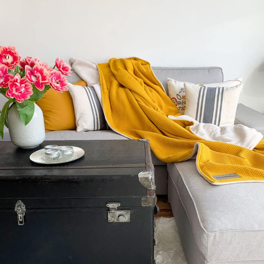 flauschigekuscheldecke-in-froehlichem-gelb-passend-zu-tulpen