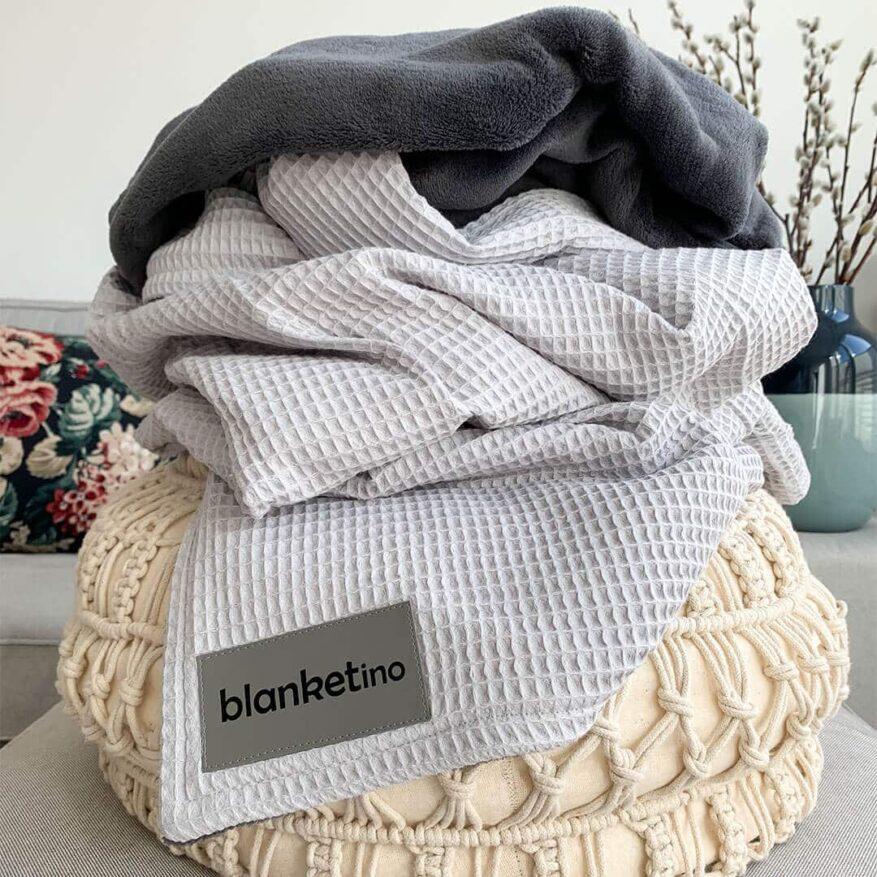 pouf-im-boho-stil-mit-silbergrauer-kuscheldecke-moderne-einrichtungsideen