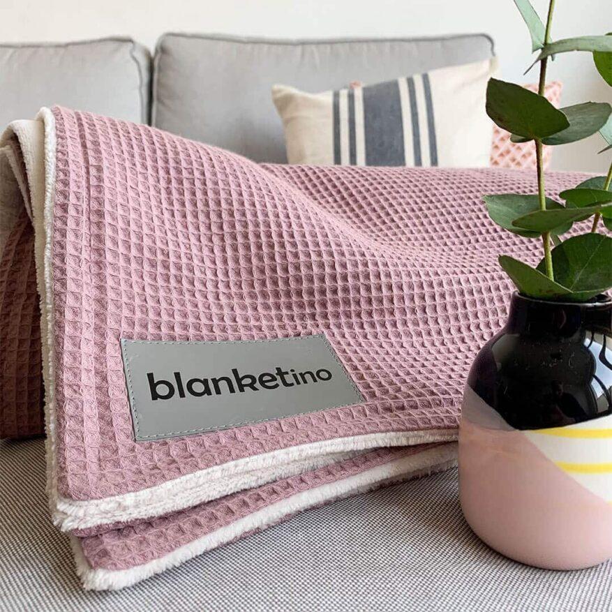 kuscheldecke in rosa im skandinavischen stil