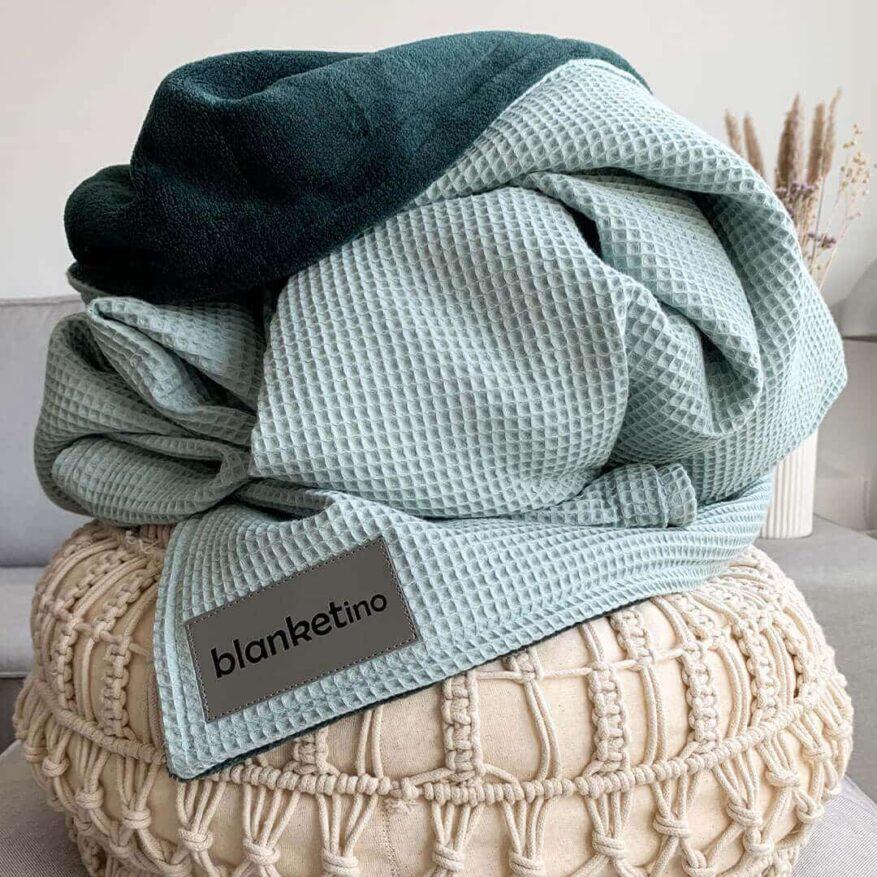 besondere kuscheldecke im skandinavischen stil mit boho kissen