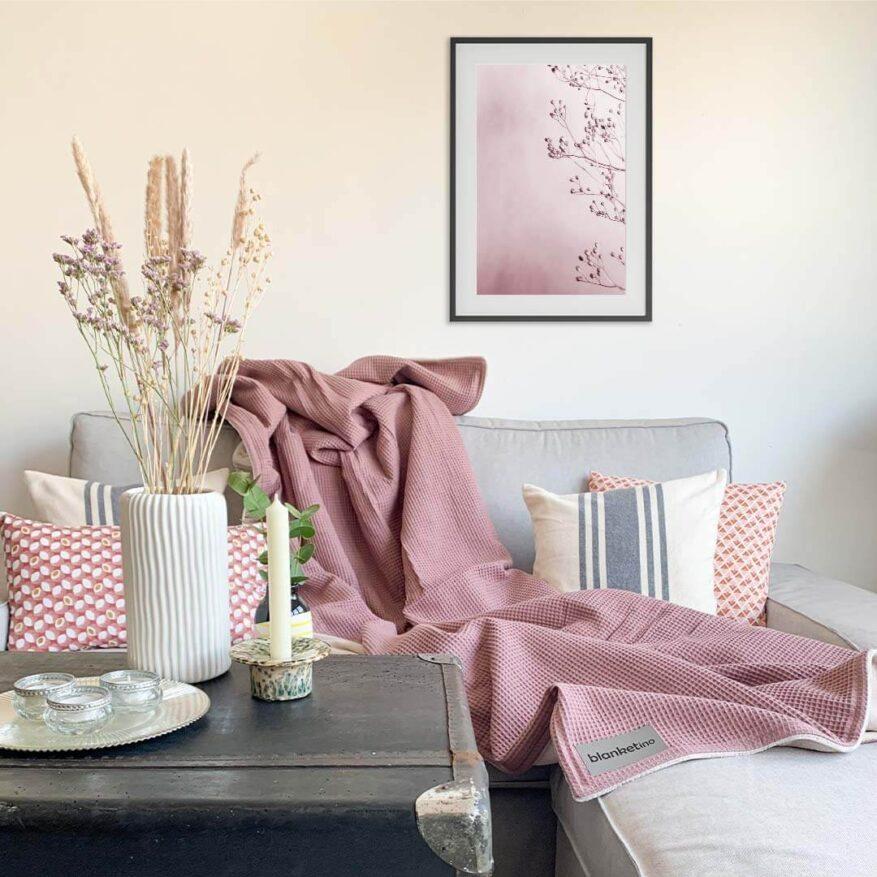 rosa wohnzimmer einrichtungsideen mit wandbild und kuscheldecke