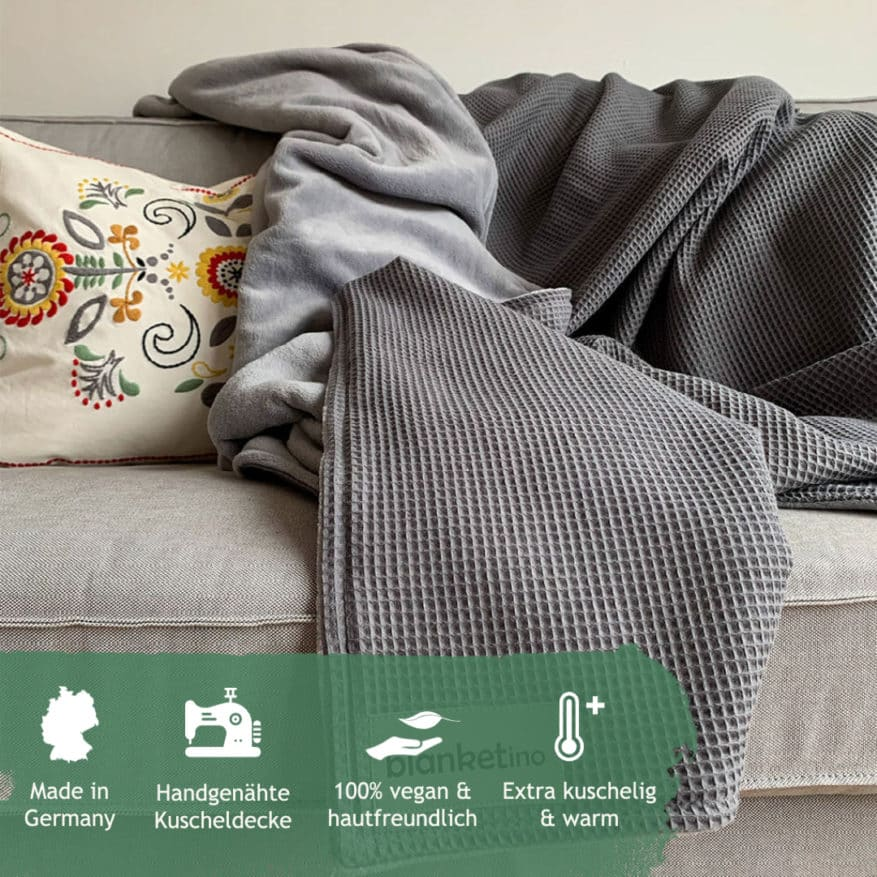 Graue Kuscheldecke auf sofa