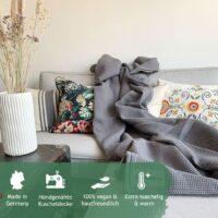 graue kuscheldecke im skandinaischen wohnzimmer