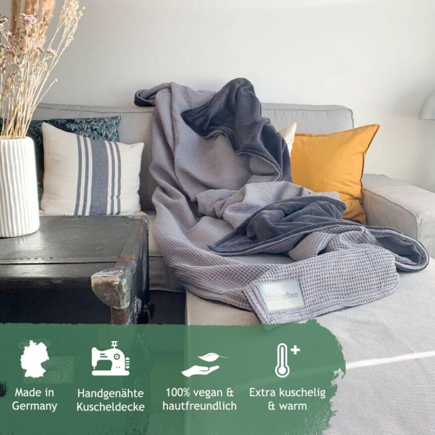 graue kuscheldecke zum wohlfuehlen im wohnzimmer